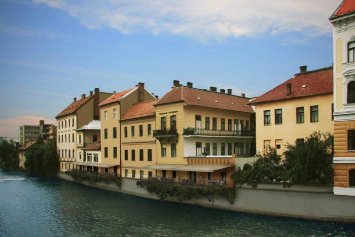 Clădirile din apropierea Podului Horea, cu malul întărit, fațadele clădirilor reabilitate și introducerea de terase deschise publicului