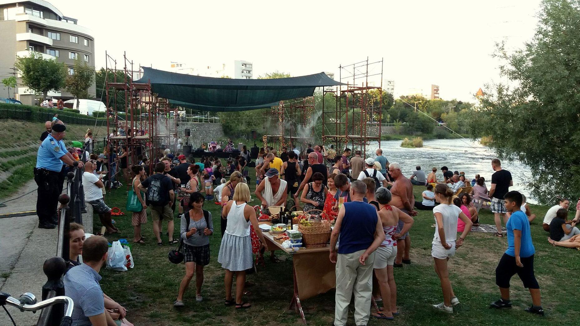 Urbannect a transformat plaja Someșului din Grigorescu într-un spațiu pentru comunitate. Timp de 4 zile, plaja a fost plină de oameni și de viață.