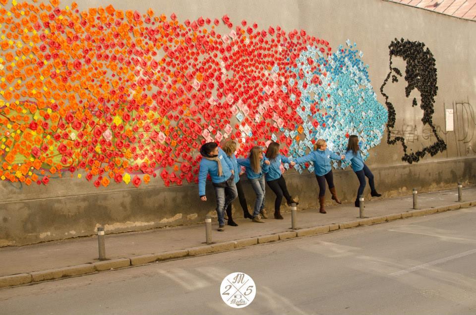 15.000 de origami în forma florii de lotus au fost confecţionate de 2.000 de voluntari în cadrul proiectului Day 15.