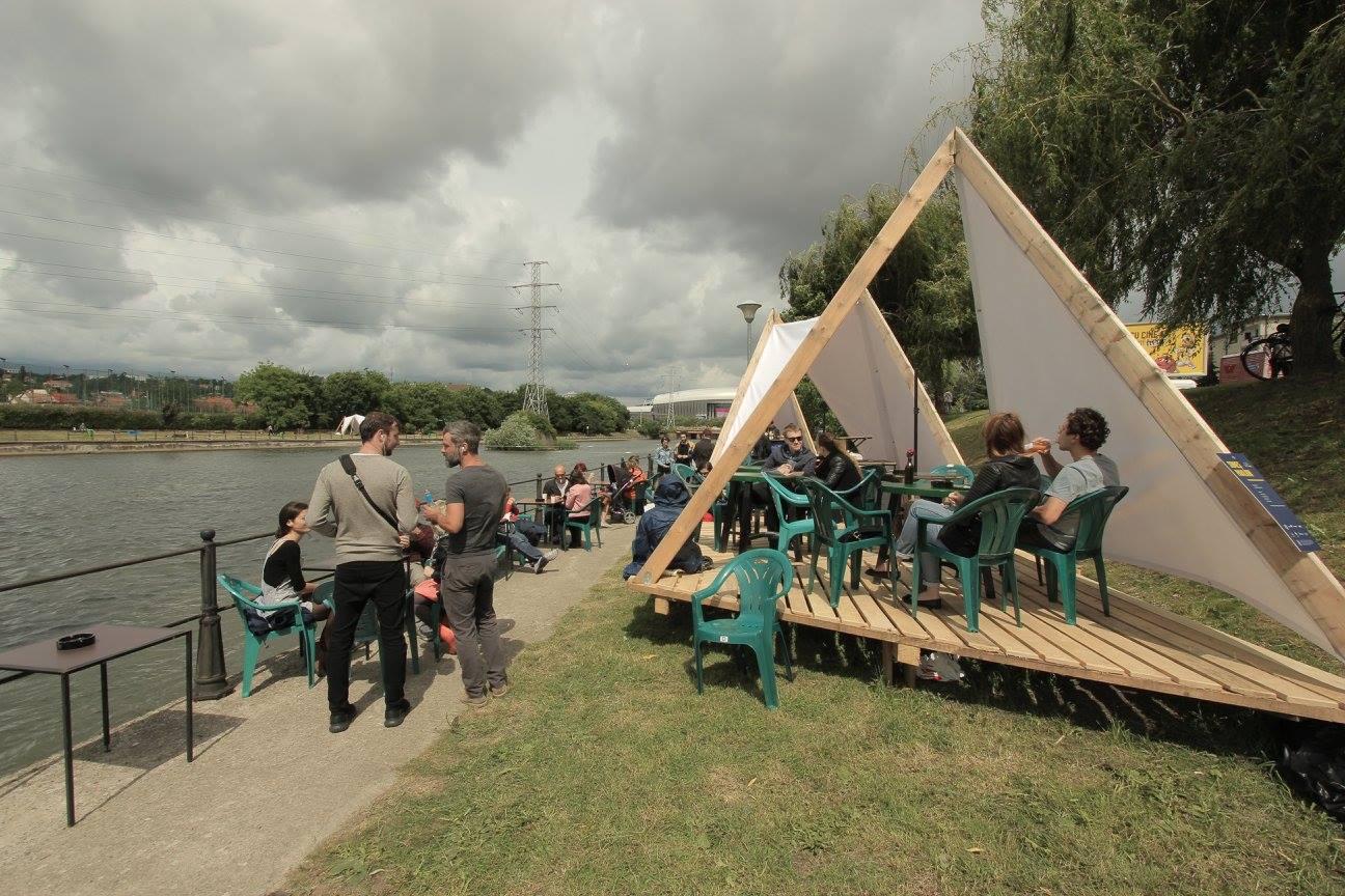 Pavilionul Someș Delivery a probat ideea unui loc de socializare în imediata vecinătate a apei.