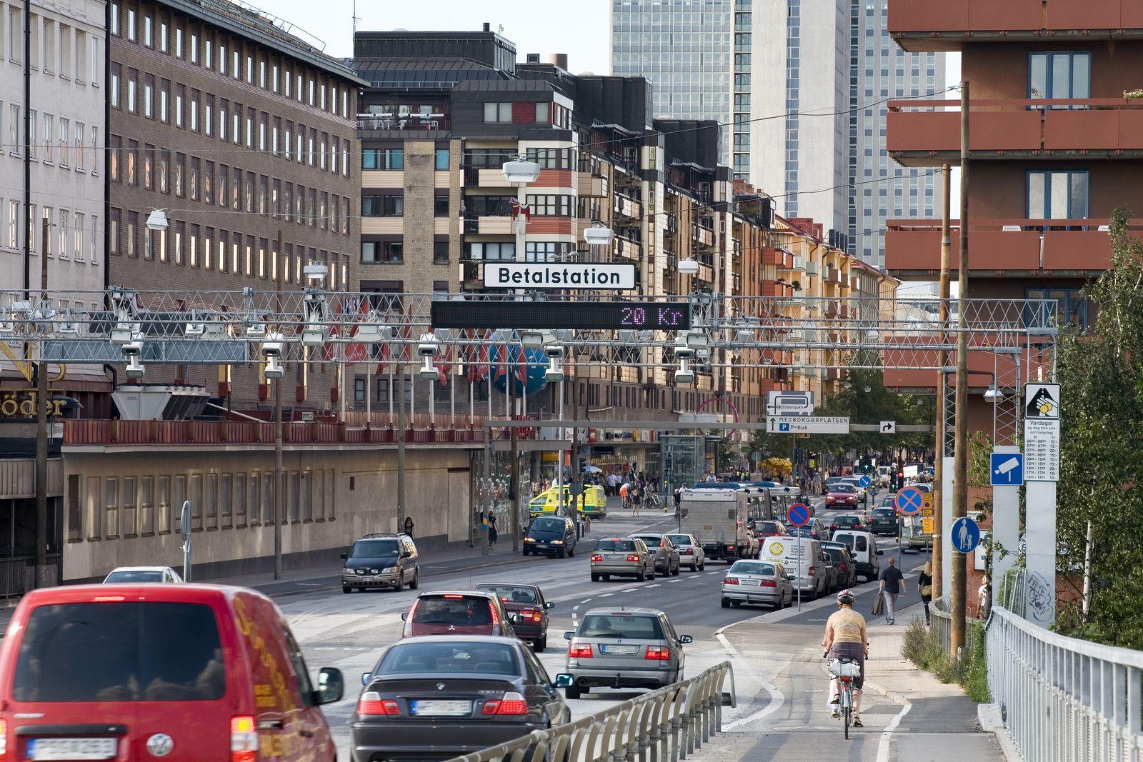 Stockholm: panouri cu camere la fiecare intrare în oraș, care scanează numărul de înmatriculare. La finalul lunii primești factura pentru taxă de congestie, prin poștă.