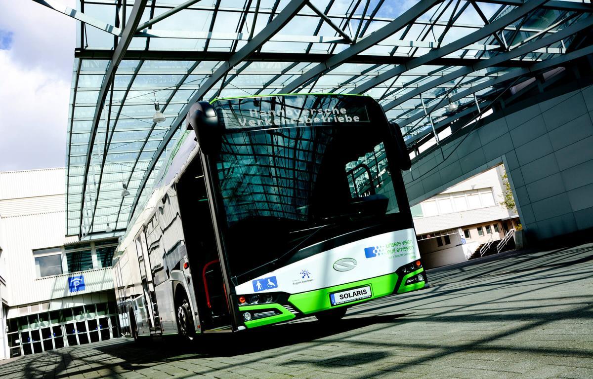 Cum ar putea fi: autobuze electrice în fața terminalelor de sosiri de la Aeroportul Cluj. În imagine un autobuz electric Solaris, modelul ce va ajunge la sfârșitul lunii aprilie la Cluj.