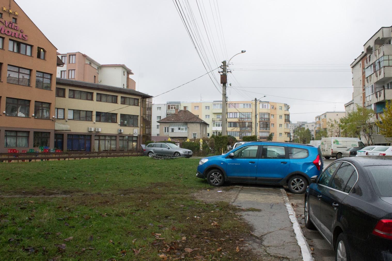 Una din problemele semnalată de locuitorii din zonă: spațiul verde și cel destinat copiilor ocupat mereu de mașini.