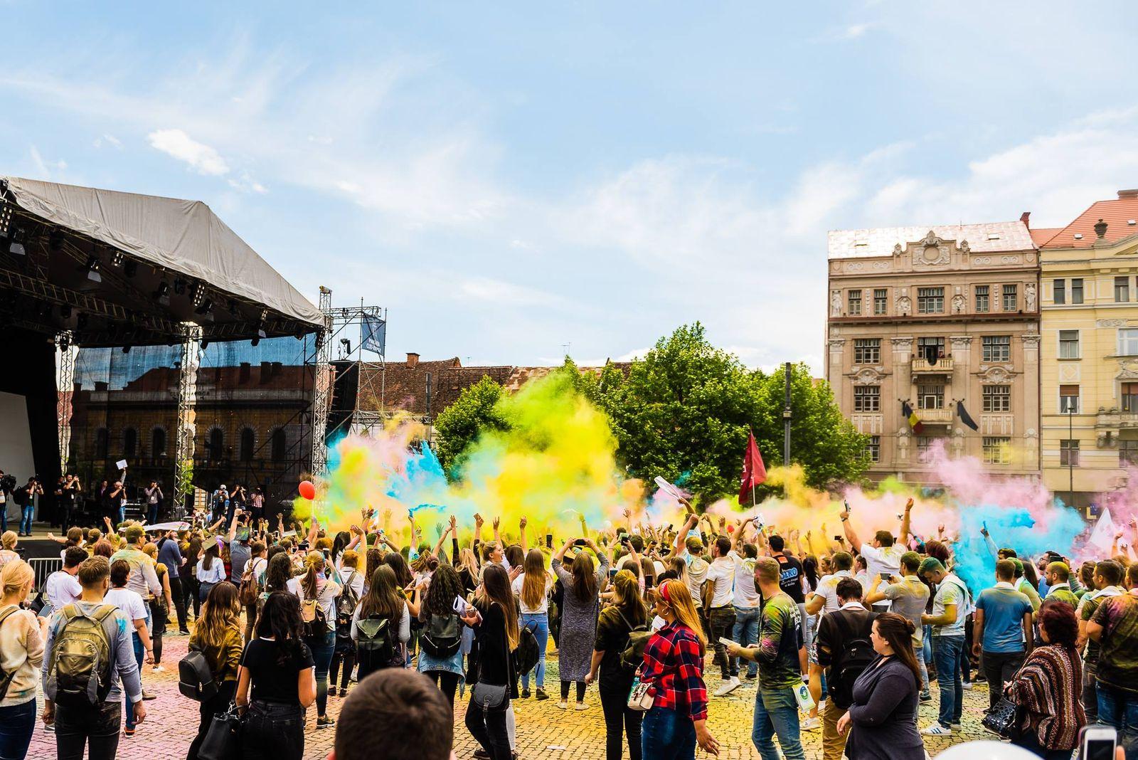 Aproximativ 2.000 de studenți au luat parte la o bătaia cu pudre colorate în Piața Unirii.