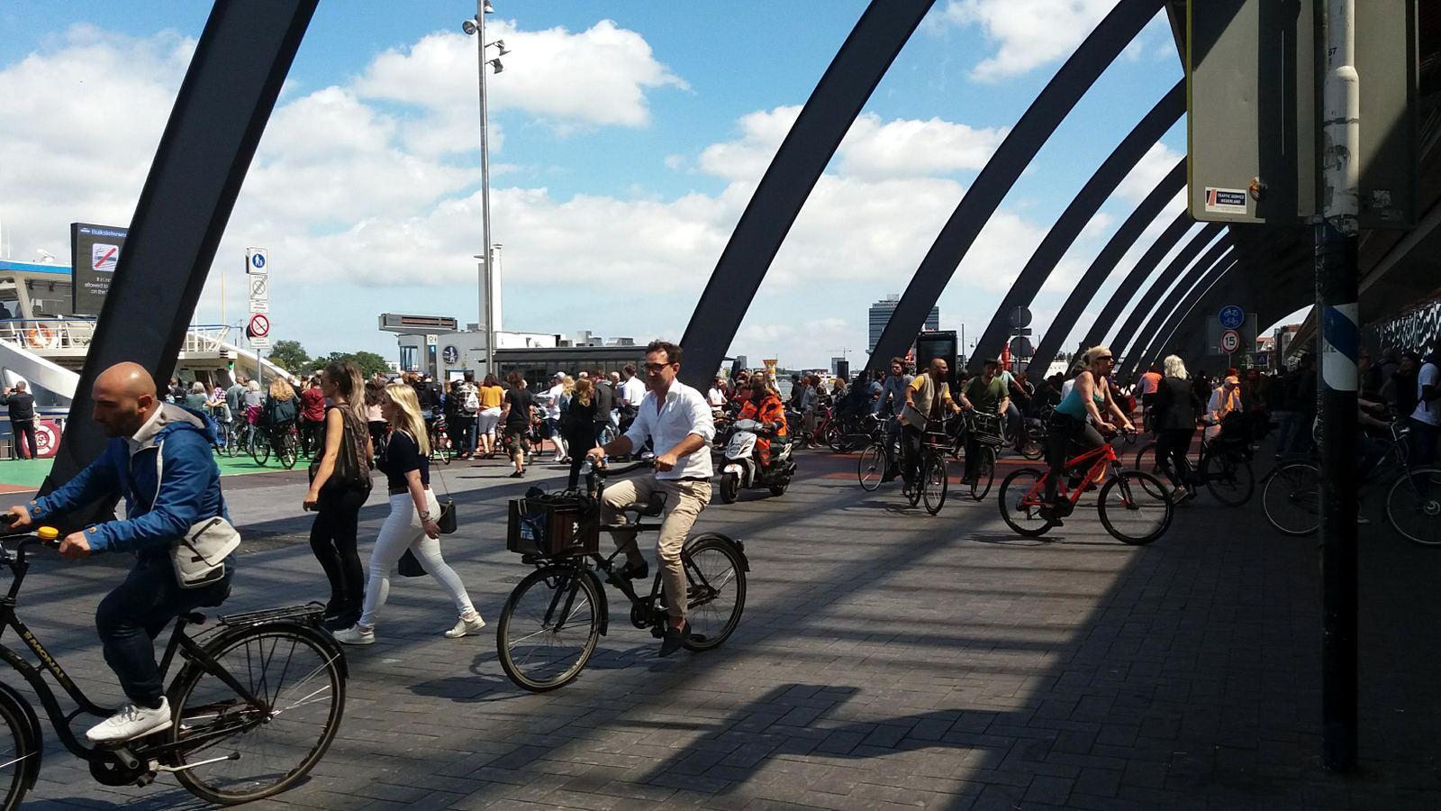 Trafic de pietoni și bicicliști lângă gara centrală din Amsterdam